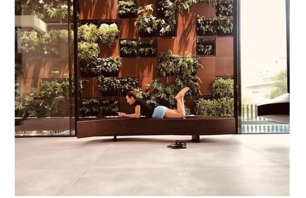 Cynthia também compartilhou com os seguidores que tem se dedicado ao paisagismo em sua mansão em Jurerê Internacional (Foto: Reprodução)