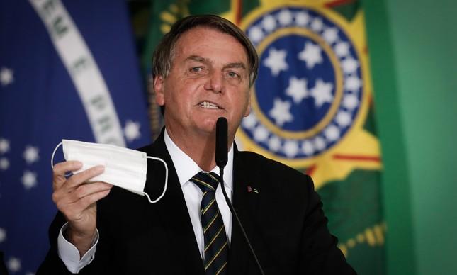 Jair Bolsonaro exibe máscara em cerimônia do Ministério do Turismo