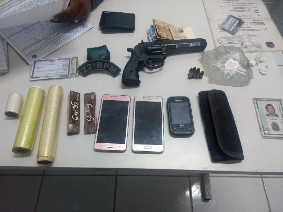 Polícia apreende arma, celulares e material similar a droga na ilha de São Luís — Foto: Divulgação/Polícia Militar