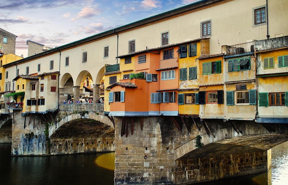 Um artista que visitava a Ponte Vecchio, em Florença, ficou convencido em poucos minutos de que estava sendo monitorado por companhias aéreas internacionais — Foto: Pixabay