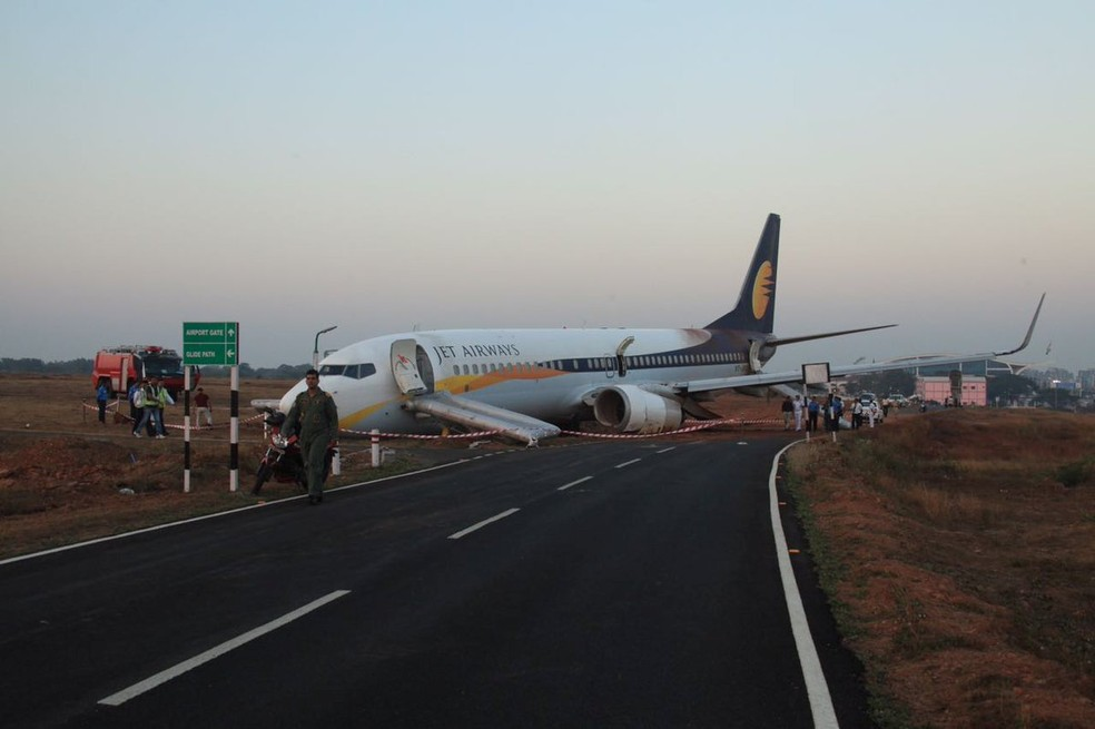 Avião da Jet Airways com 161 pessoas a saiu da pista durante decolagem no aeroporto de Goa, no oeste da Índia (Foto: Indian Navy/Indian Ministry of Defence/via Reuters)