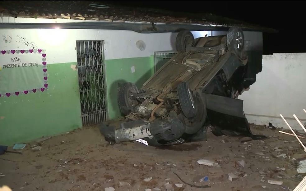 Um dos carros foi parar dentro de uma escola pública, depois de capotar e derrubar o um muro (Foto: Reprodução / TV Paraíba)
