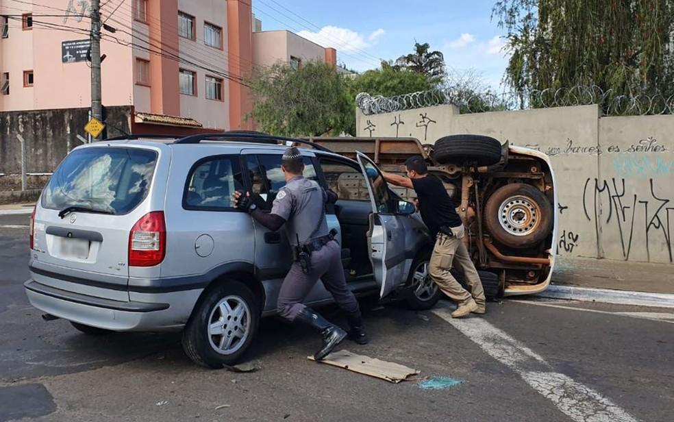 Carro bateu em viatura e provocou tombamento em Franca, SP — Foto: Nathália Henrique/EPTV