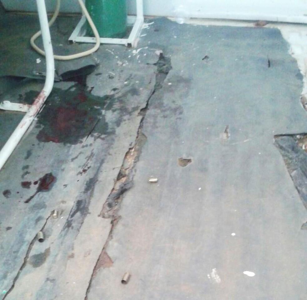 Manchas de sangue e cápsulas de pistola ficaram no assoalho da ambulância  (Foto: Divulgação/PM)