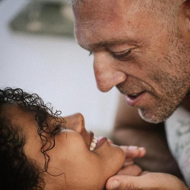 Vincent Cassel e Tina Kunakey.  (Foto: reprodução/instagram)