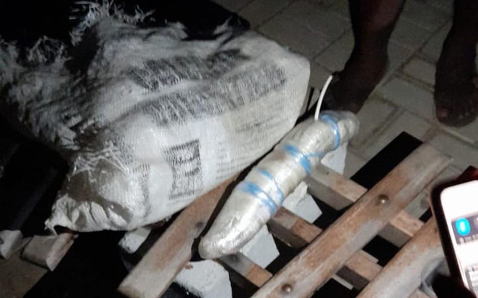Explosivos foram encontrados pelos moradores próximo à agência bancária — Foto: Reprodução/Redes Sociais