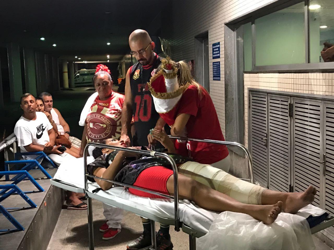 'Eu lutei, eu tentei', diz porta-bandeira que caiu e torceu o joelho na Sapucaí