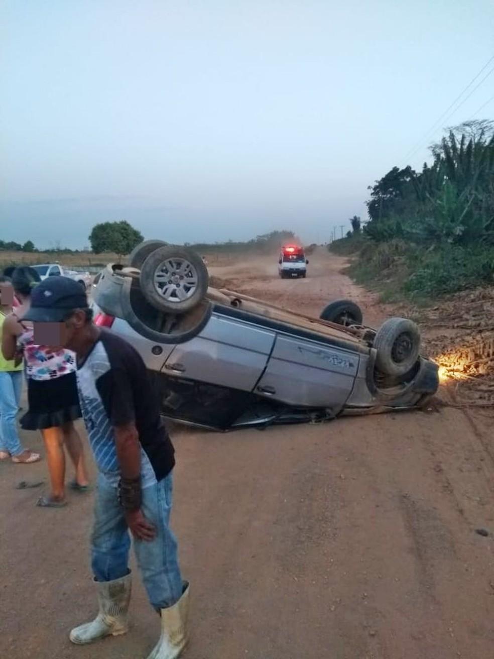 Idoso morre ao ser arremessado de carro após capotagem em estrada de Buritis, RO (Foto: Reprodução/WhatsApp)