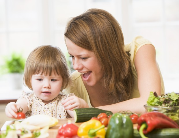 criança; vegetais; legumes; mae (Foto: Thinkstock)