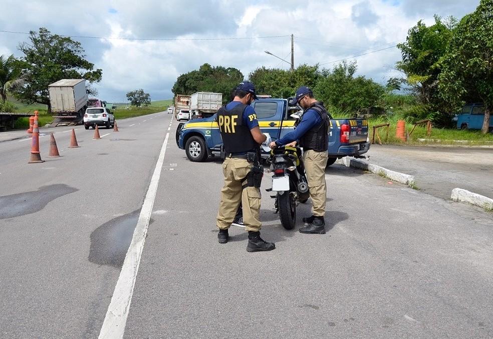 Policiais federais verificaram a situação de motos durante o feriadão de 12 de outubro em Pernambuco (Foto: Divulgação/PRF)