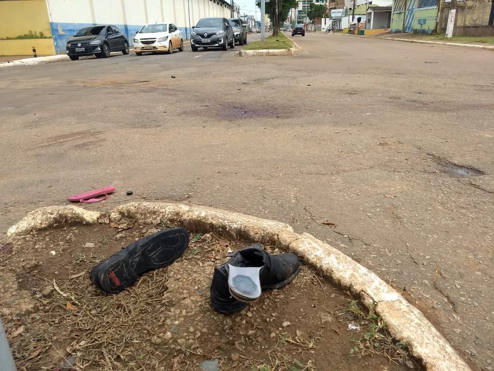 Calçados das vítimas após acidente de trânsito na avenida Rio Madeira em Porto Velho — Foto: Diêgo Holanda/G1