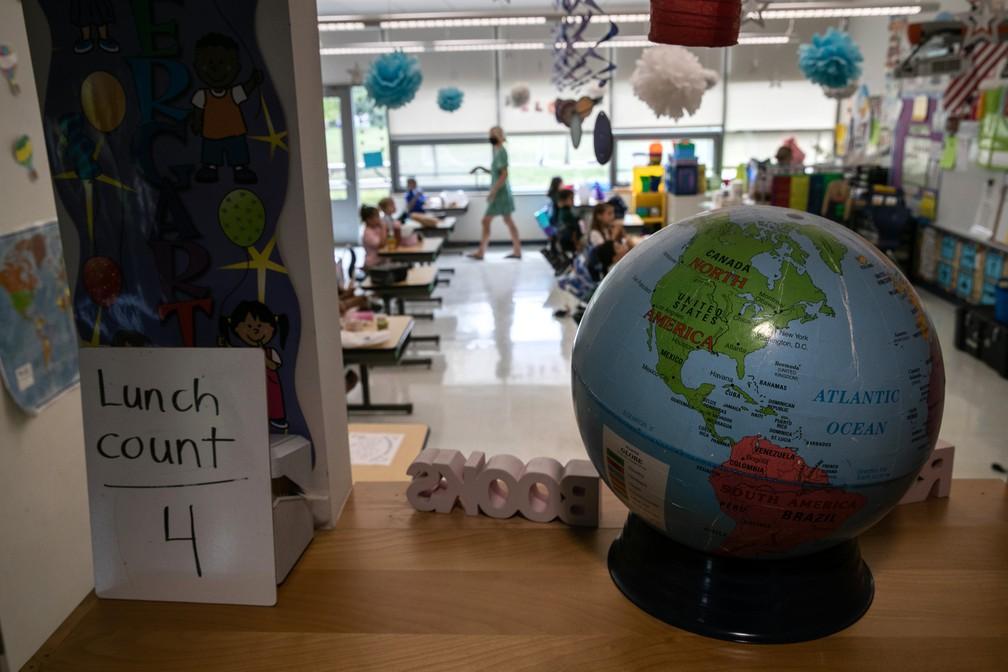 Crianças almoçam em escola de Stamford, em Connecticut (EUA), reaberta na pandemia do novo coronavírus,. Foto de 9 de setembro — Foto: John Moore/Getty Images/AFP