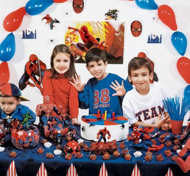 Em 2000,  Kit festa de isopor: pôster, personagens e toalha de mesa faziam parte da decoração; (Foto:  Fernando Martinho)