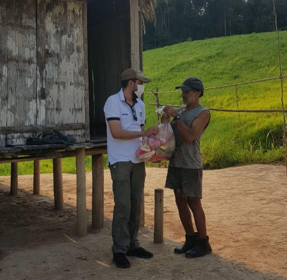 Seringueiro recebeu doação de sacolões das equipes da Semapi e do Ciopaer nessa segunda (2) — Foto: Arquivo/Ciopaer