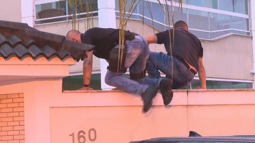 Agentes cumprem cinco mandados de prisão e 17 de busca em apreensão em operação contra fraude em compra de EPIs em Itatiaia — Foto: Reprodução / TV Globo