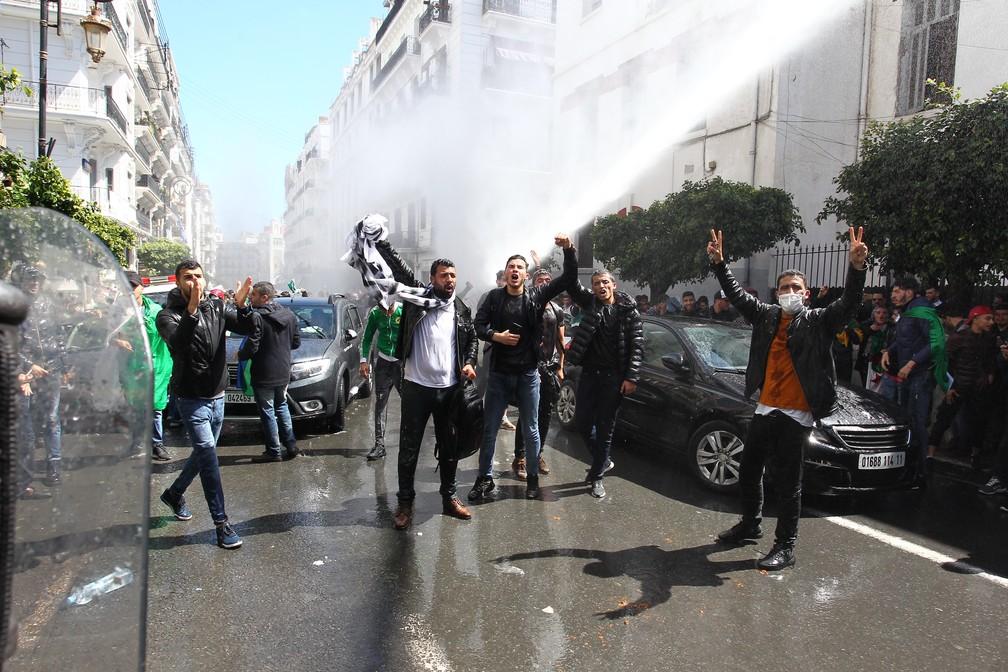 Polícia dispara jatos de água em manifestantes contra nomeação de Bensalah nesta terça-feira (9), na Argélia — Foto: Stringer/AFP