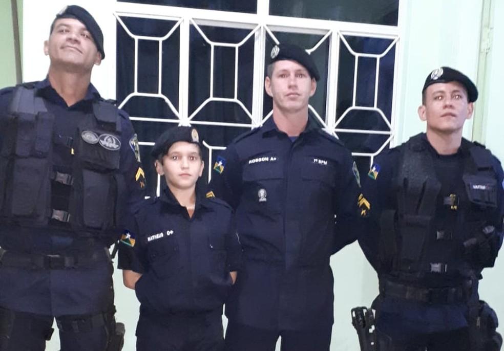 Policiais mandaram fazer uniforme mirim para Matheus — Foto: Arquivo Pessoal