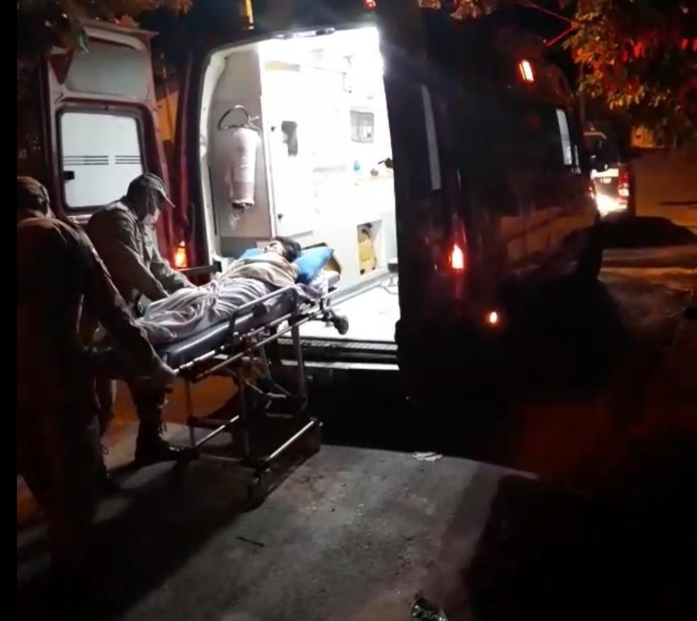 Paraplégica resgatada é encaminhada para atendimento médico — Foto: Reprodução/Polícia Civil