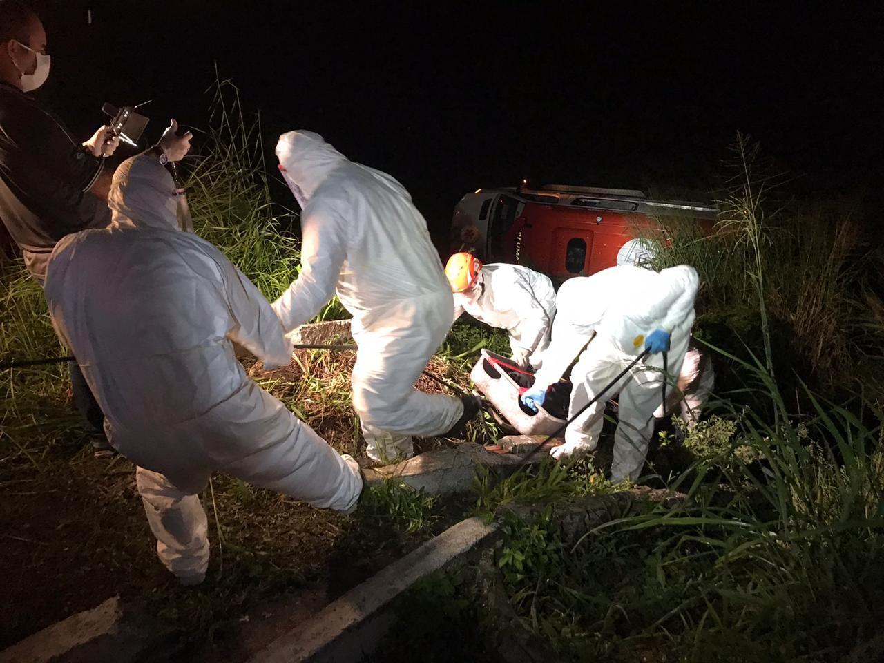 Ambulância capota e deixa enfermeiro e idosa com suspeita de Covid-19 mortos, na PB