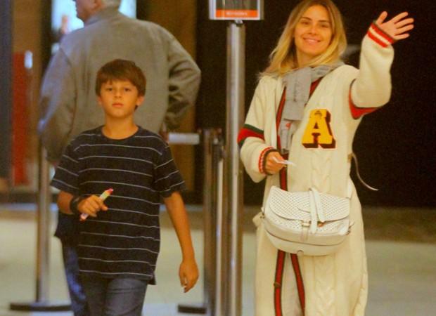 Carolina Dieckmann passeia com filho José  (Foto: AgNews)