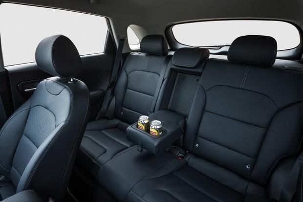 O SUV leva até três passageiros na traseira, inclusive adultos altos (Foto: Divulgação)