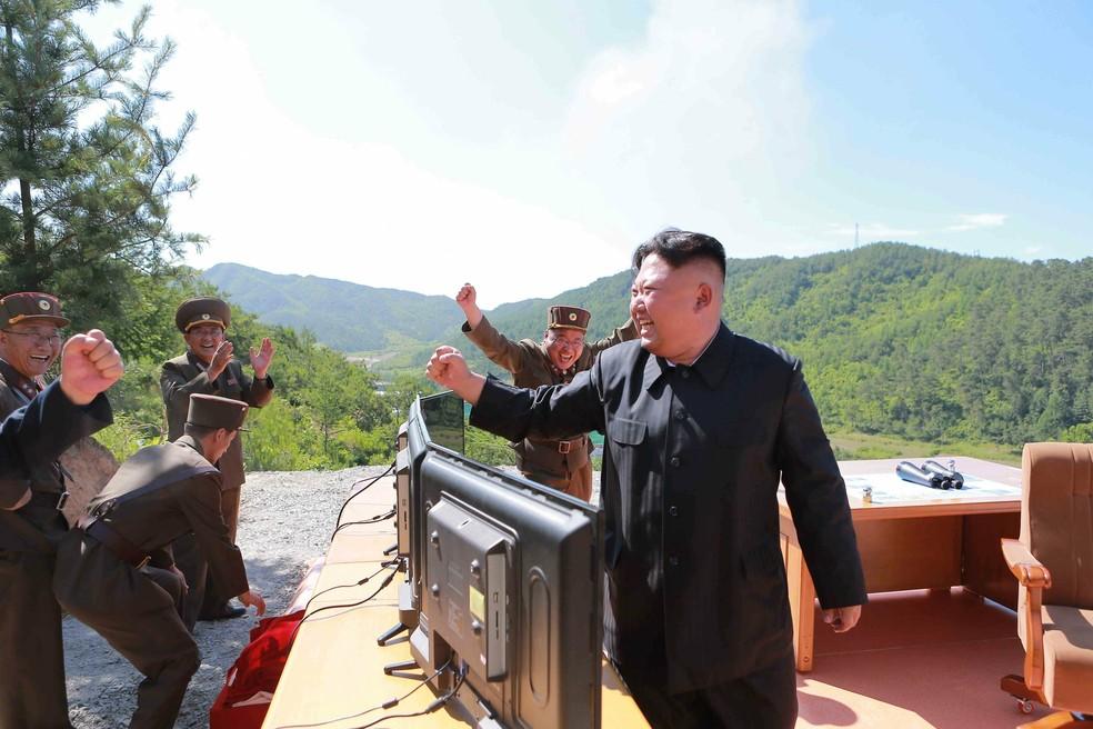 Em imagem de arquivo, Kim Jong-un acompanha teste de míssil na Coreia do Norte — Foto: KCNA/via REUTERS