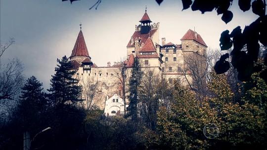 Aqui é Azulão! Torcedora posta foto com a bandeira do CSA no castelo do Drácula