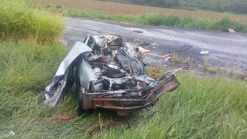 Carro onde estavam as duas vítimas ficou completamente destruído — Foto: Polícia Rodoviária Estadual/Divulgação