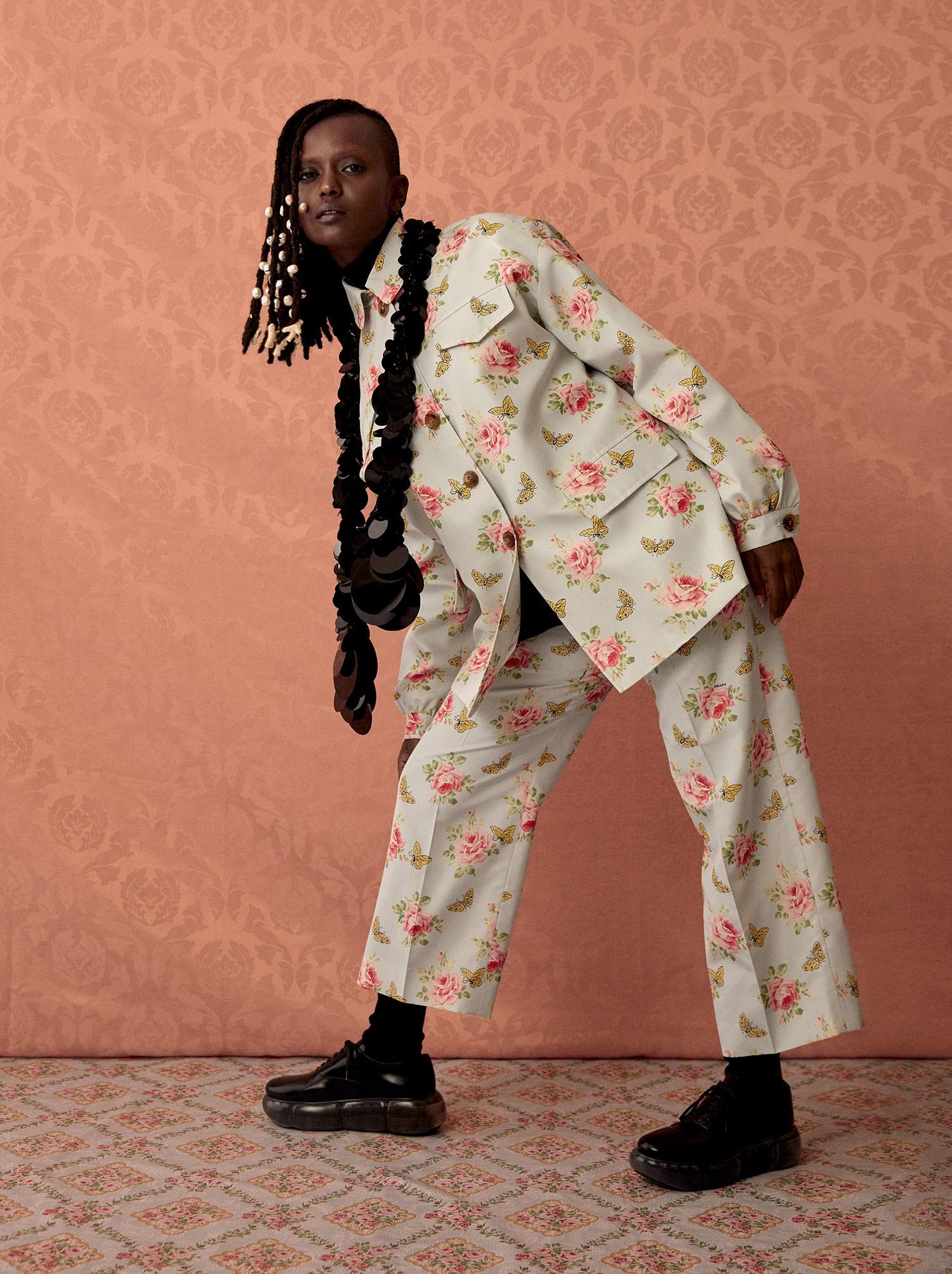 Pijama de tafetá de seda e camisa de popeline de algodão. Cachecol em cashmere com paetê e meias de fio escocês (Foto: Arquivo Vogue/ Josefina Bietti)