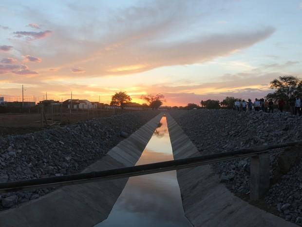 Canal da transposição, em Monteiro, está tomado por esgoto (Foto: Artur Lira/G1)