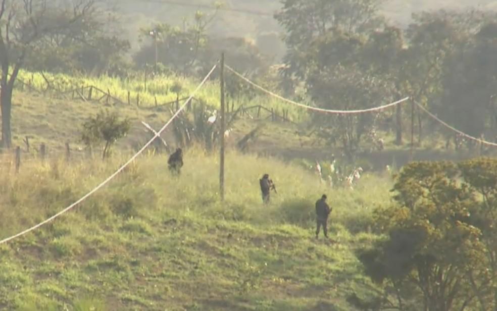 Policia realiza buscas por Lázaro em mata de Girassol  — Foto: Reprodução/TV Anhanguera