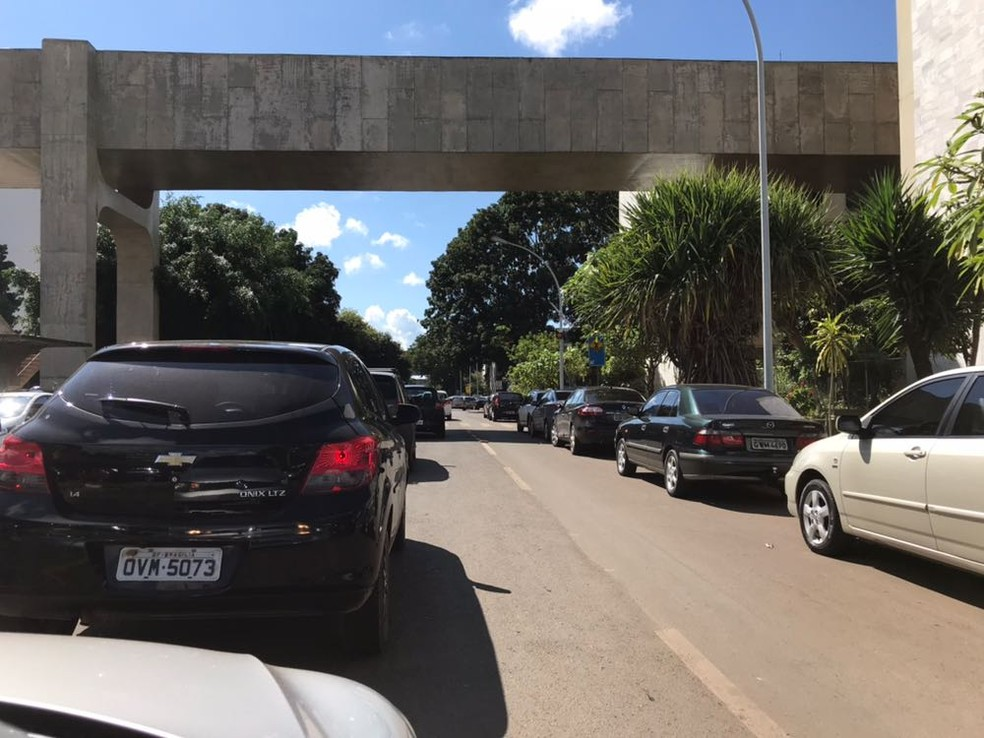Engarrafamento na via S2, no centro de Brasília, nesta segunda (19) (Foto: Marília Marques/G1)