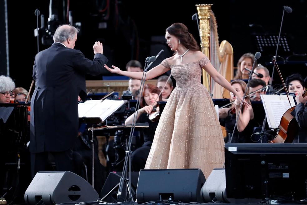 O maestro russo Valery Gergiev e a soprano russa Aida Garifullina em apresentação nesta quarta-feira (13) dedicado à Copa do Mundo (Foto: Sergei Chirikov / Reuters)