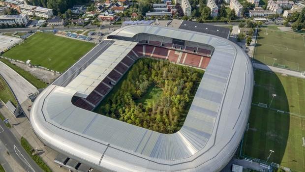 A exposição plantou 300 árvores no estádio de futebol Wörthersee na cidade de Klagenfur, na Áustria (Foto: Divulgação)