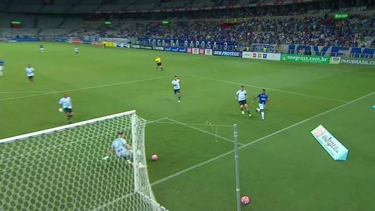 David avança pela esquerda, bate para o gol, e Omar afasta com a perna