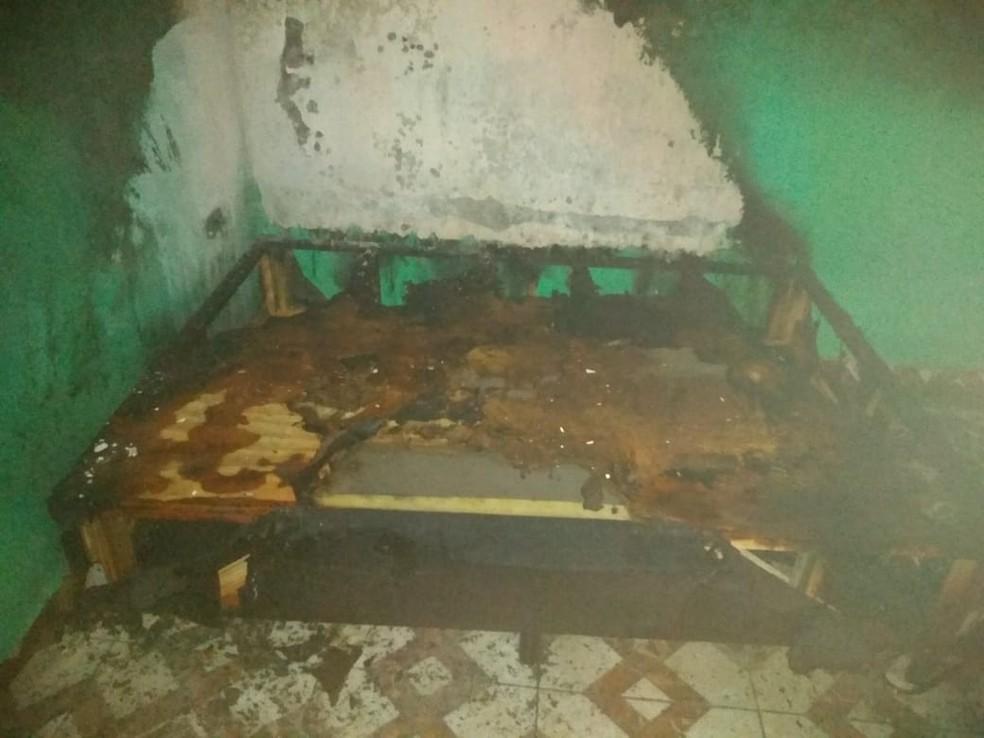 Móveis ficam destruídos após homem atear fogo na casa de ex-mulher em SP — Foto: G1 Santos
