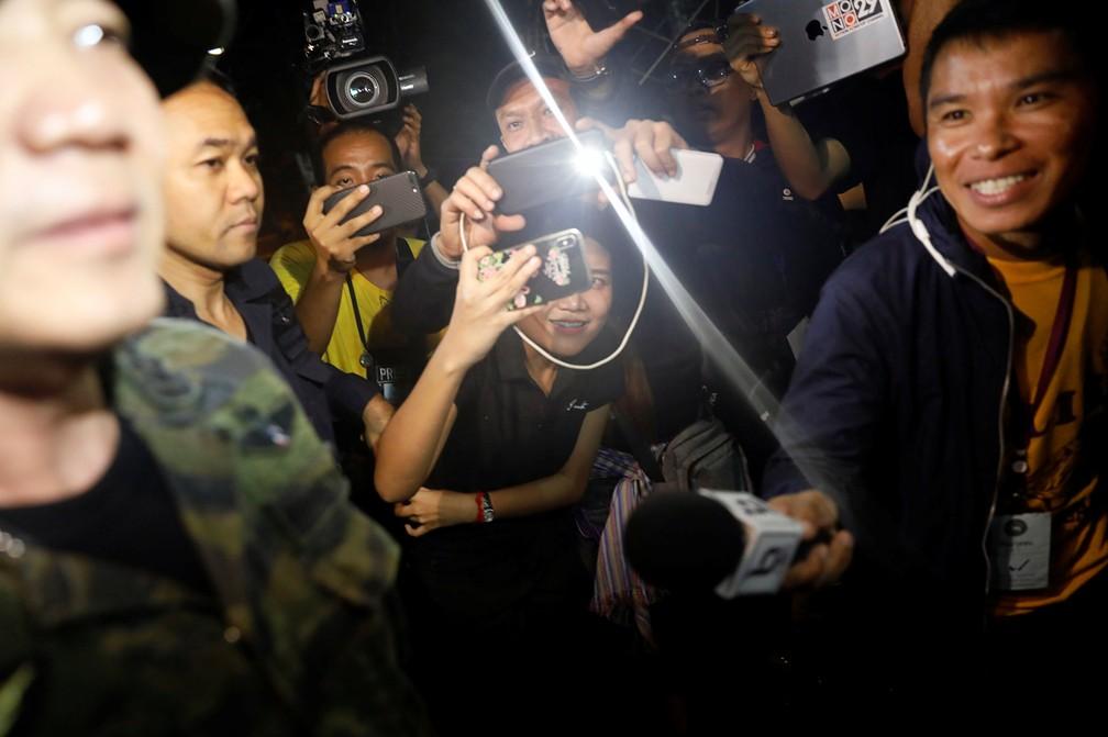 Jornalistas tentam entrevistar militar que participa de resgate em caverna na Tailândia após notícia de que jovens foram encontrados com vida (Foto: Soe Zeya Tun/Reuters)