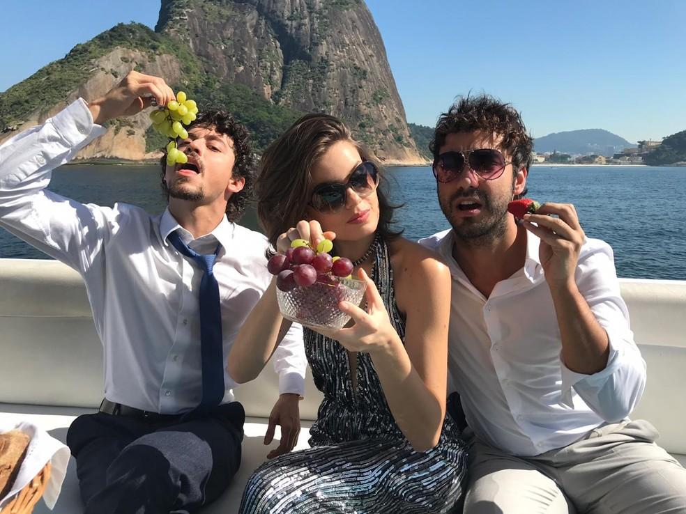Jerônimo (Jesuíta Barbosa), Vanessa (Camila Queiroz) e Galdino (Gabriel Godoy) aproveitam a boa vida no capítulo final de 'Verão 90'  — Foto: Tayná Tanaka/Globo