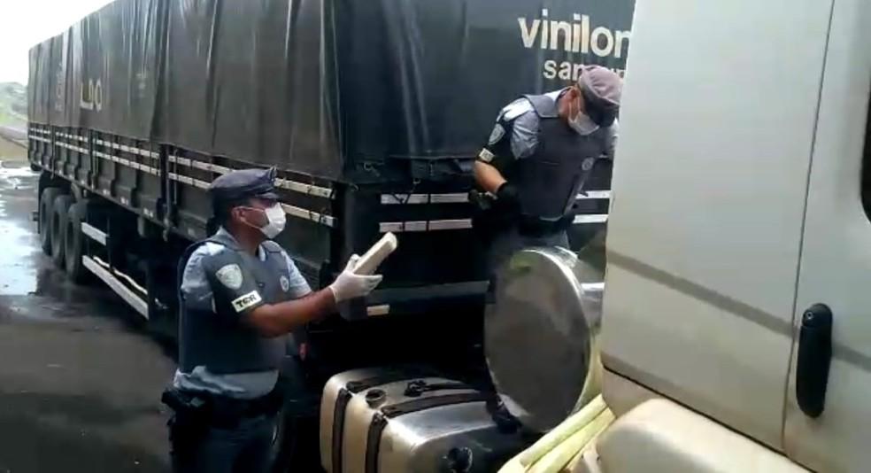 Polícia Rodoviária encontrou cocaína em pasta em caminhão que transportava milho a granel em Itatinga (SP) — Foto: Polícia Rodoviária/ Divulgação