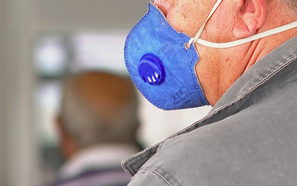 Morador usa máscara contra a Covid-19 em Franca — Foto: Jefferson Severiano Neves/EPTV