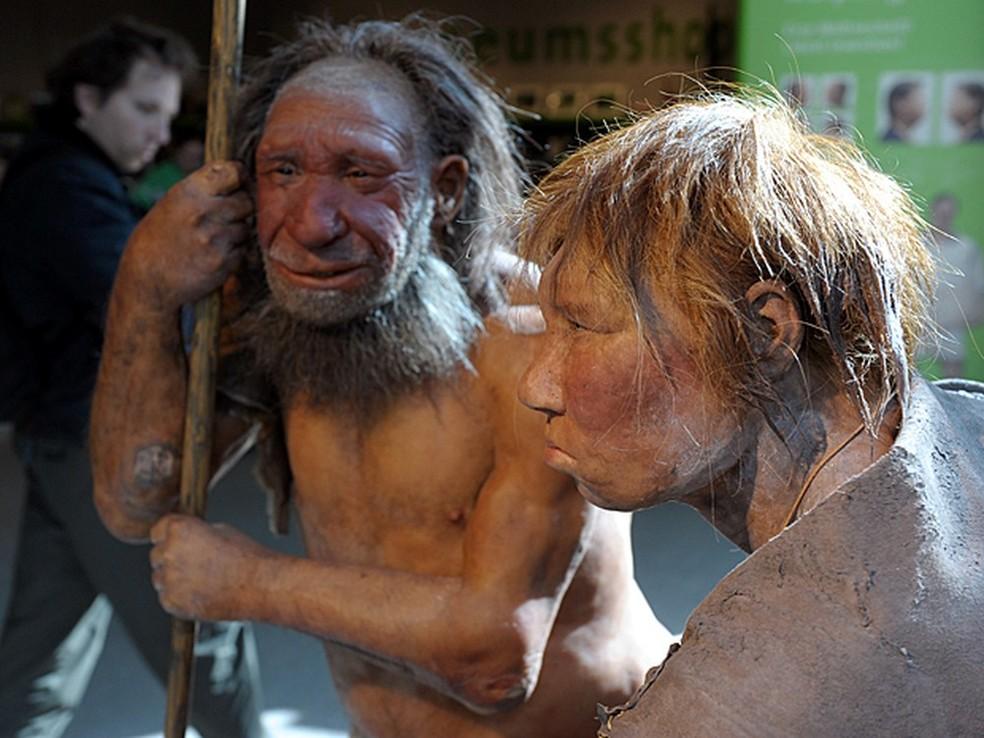 Reconstrução de um homem de Neandertal (esq.) e mulher (dir.) no Museu de Mettmann, na Alemanha, em 2009  — Foto: Federico Gambarini / DPA / Arquivo AFP