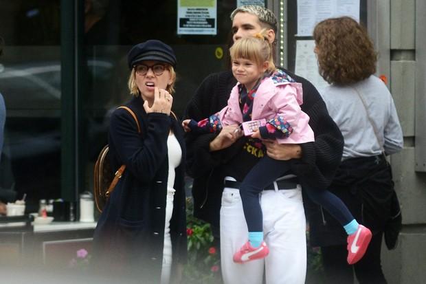 Scarlett Johansson, o ex-marido, Romain Dauriac e a filha, Rose (Foto: Grosby Group)