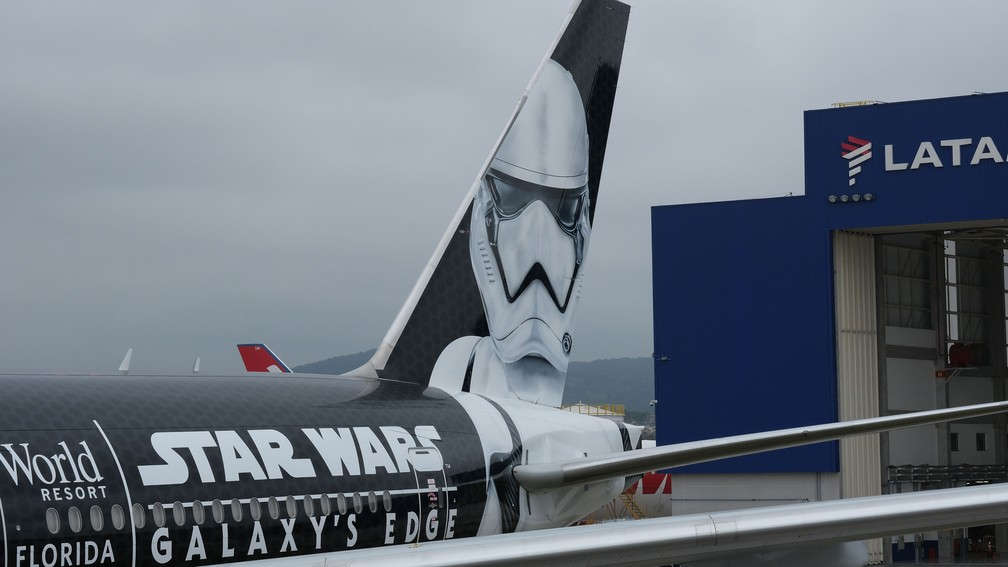 Pintura da aeronave foi projetada pela equipe criativa da Disney em conjunto com a Lucasfilm — Foto: Rodrigo Guimarães/Divulgação/LATAM
