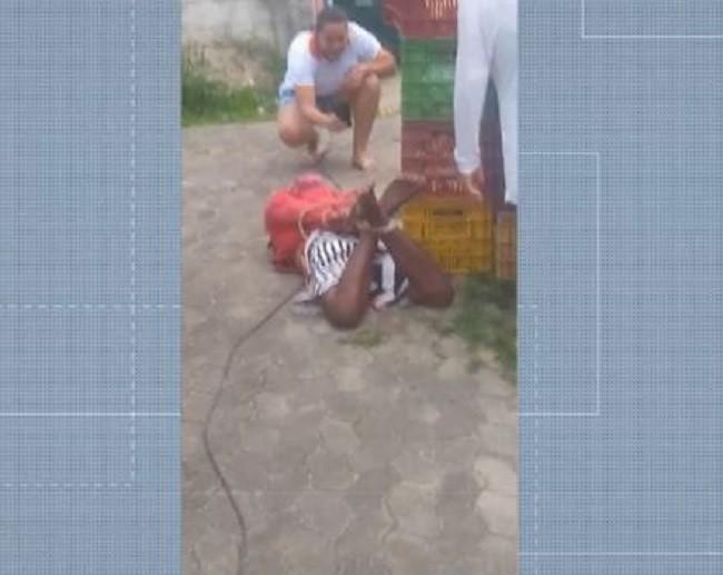 Suspeito de roubo é agredido e amarrado em feira na Serra, ES