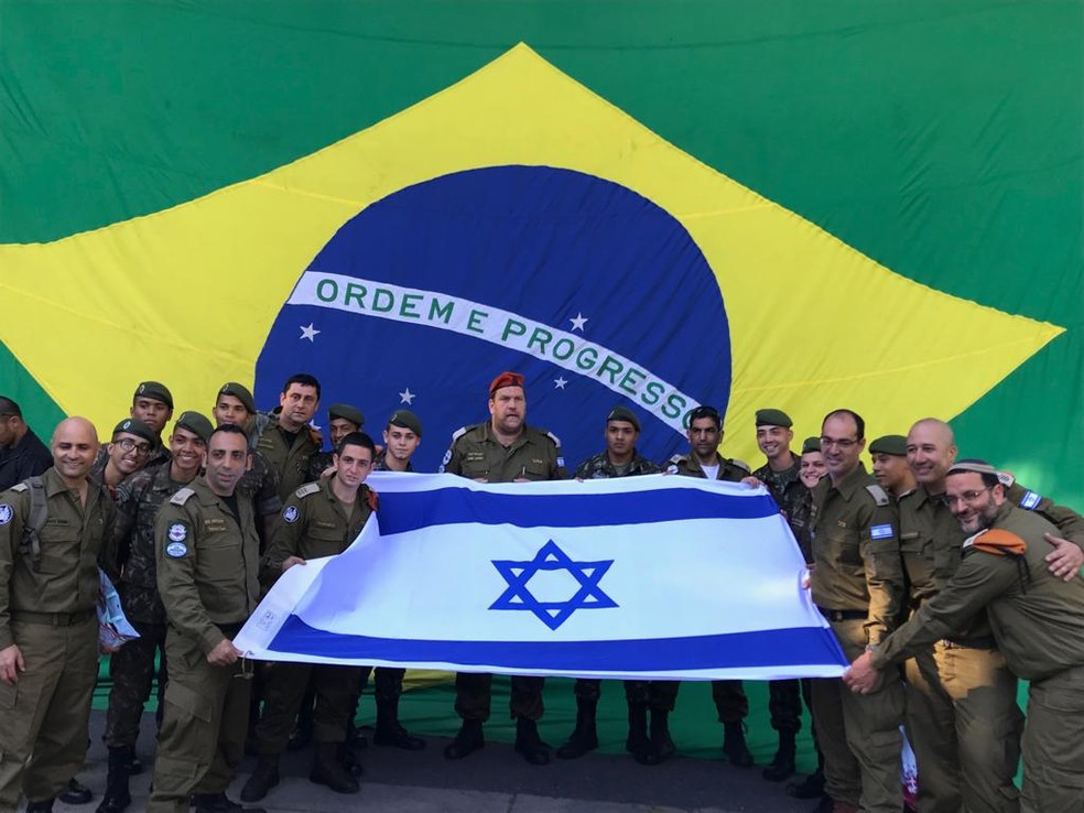 Soldados posaram com a bandeira de Israel, com a do Brasil ao fundo — Foto: David Atar / embaixada de Israel