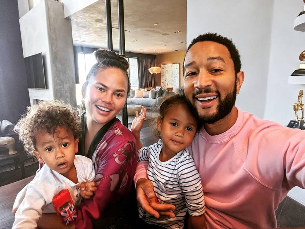 John Legend e Chrissy Teigen com os filhos Luna e Miles  — Foto: Reprodução/Instagram/John Legend