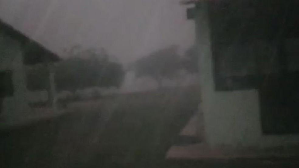 Vídeo gravado na última segunda-feira mostra fenômeno em comunidade do Pantanal — Foto: Reprodução/Arquivo Pessoal/via BBC
