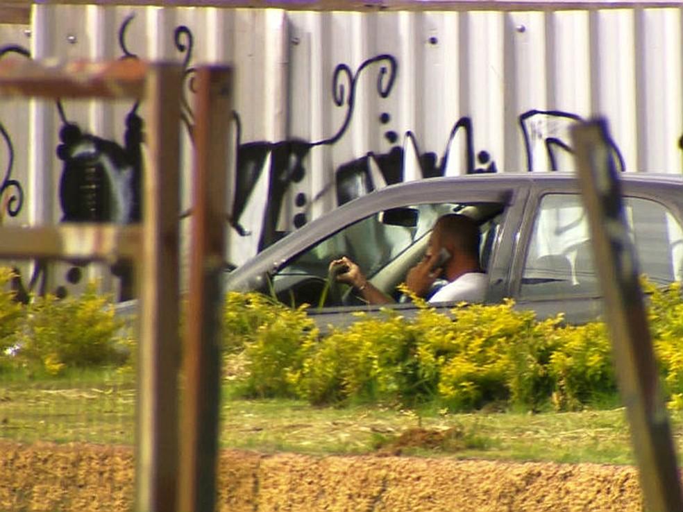 Homem fala ao celular enquanto dirige, em imagem de arquivo (Foto: TV Integração/Reprodução)
