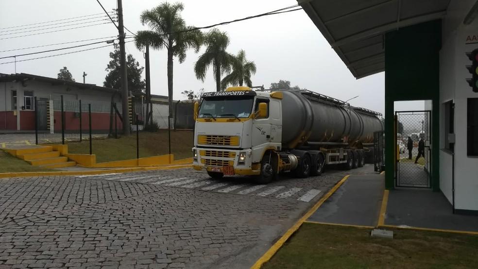 Caminhão carregado com combustível deixa terminal de carregamento de combustíveis de Araucária na terça-feira (29) (Foto: João Salgado/RPC)