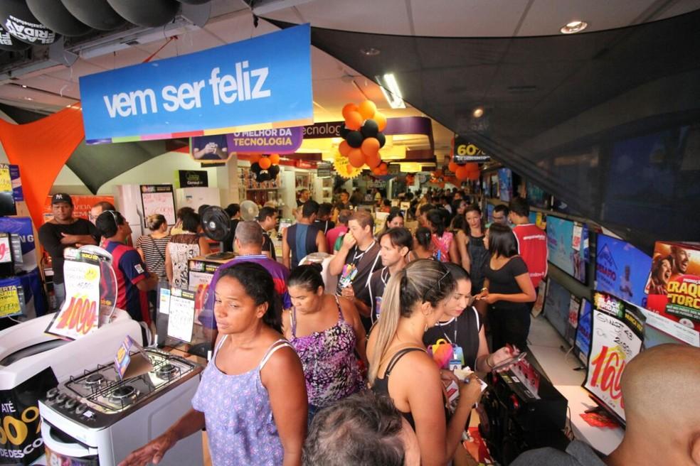 Movimento é intenso nas lojas da Rua da Concórida, na região central do Recife (Foto: Marlon Costa/Pernambuco Press)